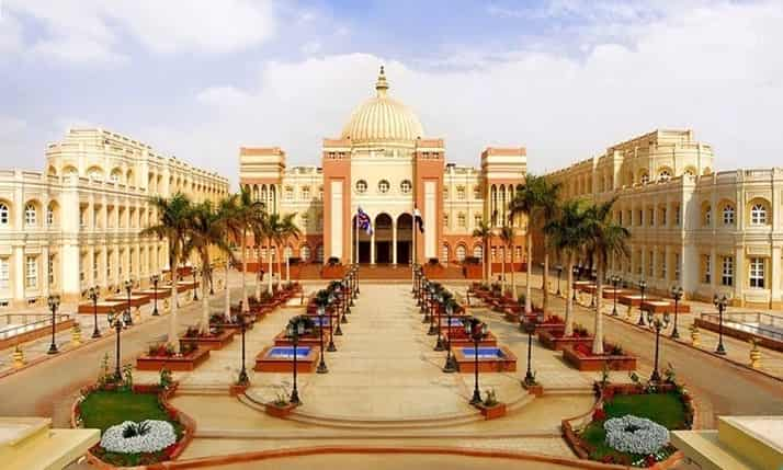 منحة الجامعة البريطانية لدراسة البكالوريوس والدراسات العليا في مصر